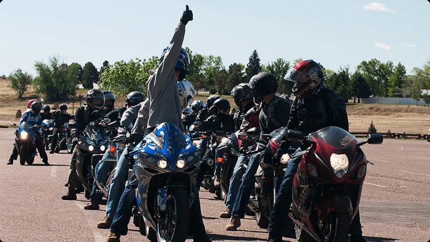 chef du groupe qui guide les autres motards