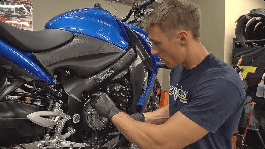 comment changer un embrayage moto ?