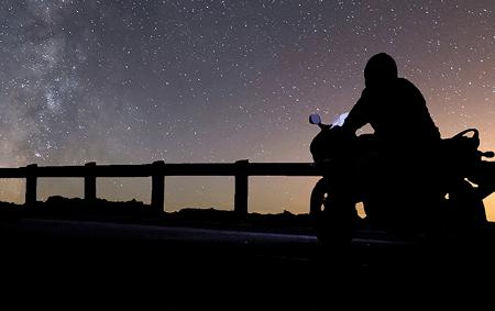 Conduire une moto la nuit : dangers, conseils et équipement