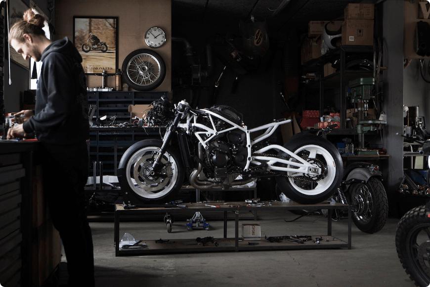 vérification des différents éléments du châssis de la moto