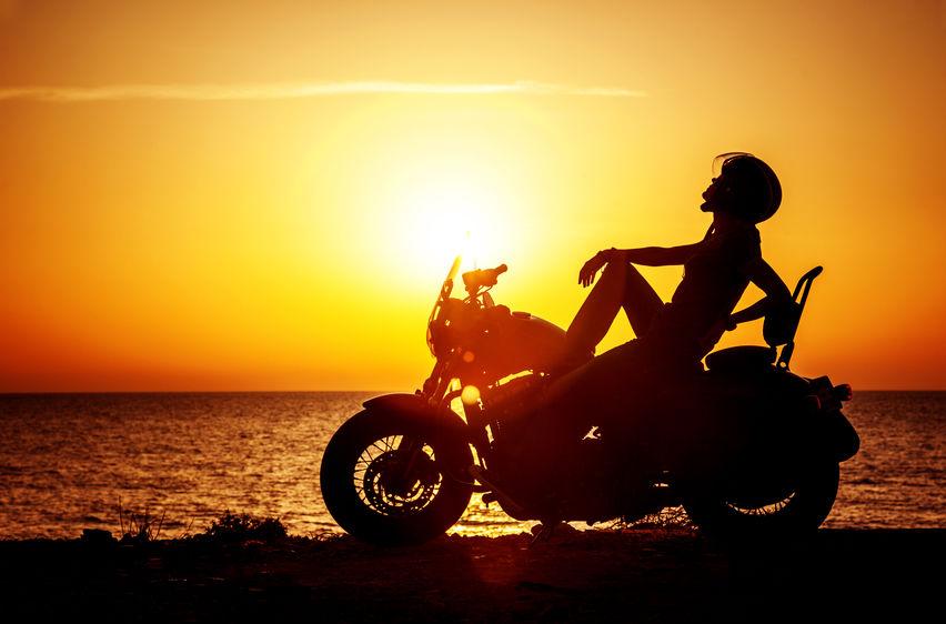 motard au soleil couchant