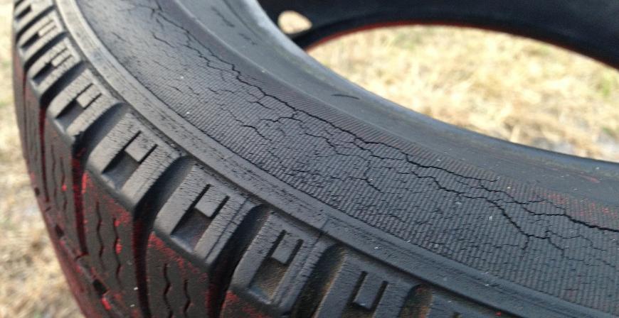 pneu moto fissuré