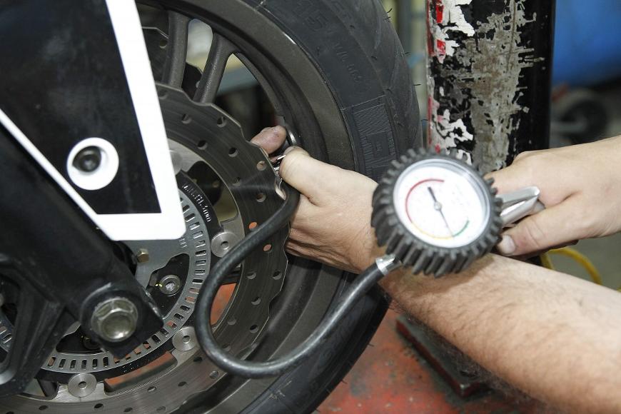 verifier niveau de pression pneu moto